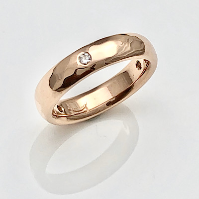 Hammered rose gold band in all its simplicity
