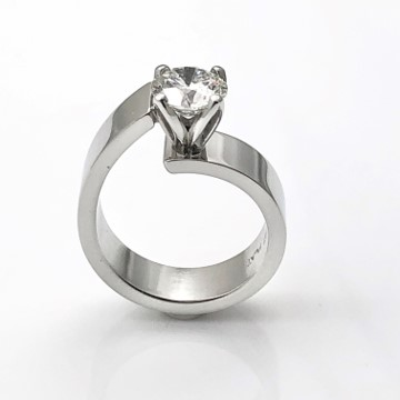 Eye catching ring for the sophisticated woman. Unlined classic ring in platinum with diamond