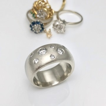 Old jewelry redesign into solid whitegold band with flush set diamonds